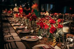 Jantar luxuoso do banquete no evento decorado com as flores que esperam convidados fotografia de stock