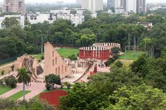 Jantar Mantar-astronomiewaarnemingscentrum in New Delhi in park stock foto's
