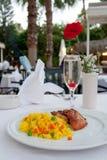Jantar no café ao ar livre Imagens de Stock