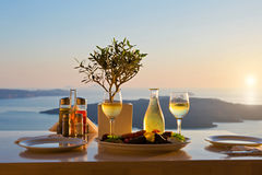 Jantar para dois em um fundo do por do sol Imagem de Stock