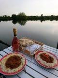 Jantar pelo rio fotografia de stock