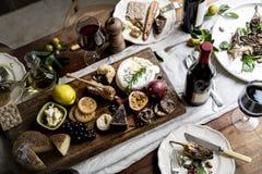 Jantar rústico do estilo com bandeja do queijo imagens de stock