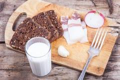 Jantar rústico na placa com leite, ainda vida Imagens de Stock Royalty Free