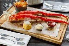 Jantar romântico com pés de caranguejo do rei no restaurante fotos de stock