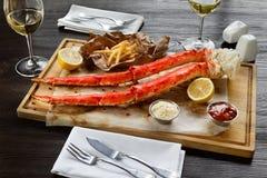 Jantar romântico com pés de caranguejo do rei no restaurante fotografia de stock