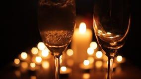 Jantar romântico da luz da vela com champanhe video estoque