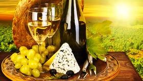 Jantar romântico do vinho e do queijo ao ar livre Fotos de Stock Royalty Free