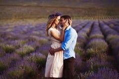 Jantar romântico dos amantes em um campo da alfazema Imagens de Stock Royalty Free
