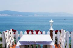 Jantar romântico pelo mar imagem de stock royalty free