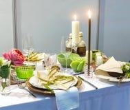 Jantar romântico, tabela com decoração, ninguém imagem de stock