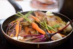 Jantar saudável que coze a fogo brando em uma bandeja fotografia de stock royalty free