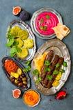Jantar tradicional do Oriente Médio Culinária árabe autêntica Alimento do partido de Meze Vista superior, configuração lisa fotos de stock royalty free