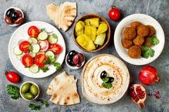 Jantar tradicional do Oriente Médio Culinária árabe autêntica Alimento do partido de Meze Vista superior, configuração lisa, aére imagens de stock
