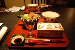 Jantar tradicional japonês com sashimi imagem de stock