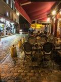 Jantares da noite no café exterior em Montmartre, Paris, França imagens de stock royalty free