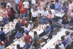 Jantares de Natal para os sem abrigo, Los Angeles, Califórnia imagem de stock