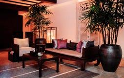 8. JANUAR 2013 Bangkok, Thailand - tropisches thailändisches Wohnzimmer mit Holzmöbel, Lehnsessel, plam Baum im großen keramische lizenzfreie stockfotografie