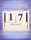 17. Januar Datum vom 17. Januar am hölzernen Würfelkalender Stockbilder