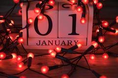 1. Januar Kalender mit roten feenhaften Lichtern Stockfotos