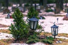 22. Januar 2017: Lampe, die Gräber in Skogskyrkogarden-cem verziert Lizenzfreie Stockfotos