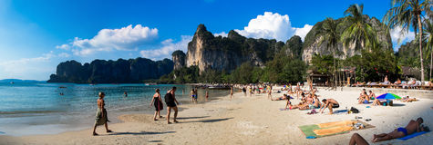 20. JANUAR 2015: Leute auf dem Strand in Thailand, Asien Karbi Islan Stockbild