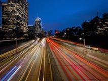 20. JANUAR 2019 LOS ANGELES, CA, USA - S?den Kaliforniens 110 f?hrt zu im Stadtzentrum gelegenes Los Angeles mit gestreiften Auto lizenzfreie stockbilder