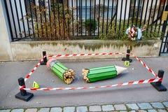 18. JANUAR 2015 - PARIS: Defekter Bleistift an den 10 Rue Nicolas-Appert, Symbol des Massakers an der französischen Zeitschrift Stockbild