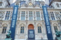18. JANUAR 2015 - PARIS: Pariser Rathaus (Hotel de Ville) mit Erinnerungsfahnen Stockfoto