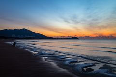 24. Januar 2018 Qingdao, Shandong Sonnenaufgang auf Shilaoren-Strand Lizenzfreies Stockfoto