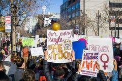 20. Januar 2018 San Francisco/CA/USA - Mengen von Leuten fielen für das Frauen ` s März aus Stockfotos