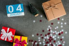 4. Januar Tag des Bildes 4 von Januar-Monat, Kalender am Weihnachten und guten Rutsch ins Neue Jahr-Hintergrund mit Geschenken Stockbild