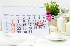 19. Januar Tag 19 des Monats auf weißem Kalender, nahe einer Schale c Stockbild