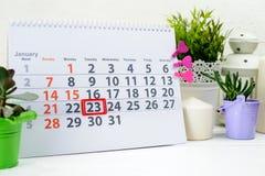 23. Januar Tag 23 des Monats auf weißem Kalender, nahe einer Schale c Lizenzfreies Stockfoto