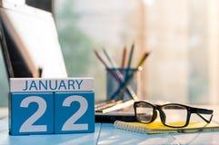 22. Januar Tag 22 des Monats, Kalender auf Finanzberaterarbeitsplatzhintergrund Portrait eines tragenden weißen Kleides des schön Lizenzfreie Stockbilder