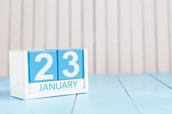 23. Januar Tag 23 des Monats, Kalender auf hölzernem Hintergrund Blume im Schnee Leerer Platz für Text Lizenzfreie Stockfotos