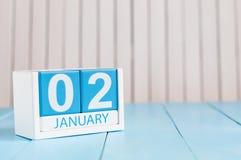 2. Januar Tag 2 des Monats, Kalender auf hölzernem Hintergrund Blume im Schnee Leerer Platz für Text Lizenzfreie Stockfotos