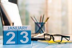 23. Januar Tag 23 des Monats, Kalender auf Studentenarbeitsplatzhintergrund Blume im Schnee Leerer Platz für Text Stockfotos