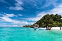 15. Januar 2016 Tagesreisetouristen zu Koh Khai am satun Thailand Stockbilder