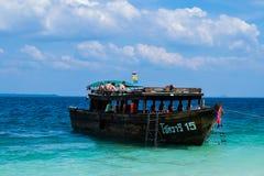 19. JANUAR 2015: Tourist auf dem Strand in Thailand, Asien Bambus Isl Lizenzfreie Stockfotografie
