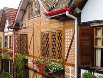 15. Januar 2015 tun Winterurlaubsortstadt Campos Jordão, Sao Paulo, Brasilien, geschlossene hölzerne Fenster Lizenzfreie Stockbilder