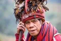 JANUAR: Unbekannter alter ifugao Mann im Nationalkostüm nahe bei Reisterrassen am 24 stockfotos