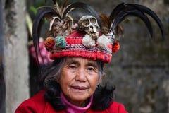 JANUAR: Unbekannter alter ifugao Mann im Nationalkostüm nahe bei Reisterrassen am 24 Lizenzfreies Stockfoto