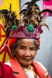 JANUAR: Unbekannter alter ifugao Mann im Nationalkostüm nahe bei Reisterrassen am 24 Stockfotografie