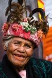 JANUAR: Unbekannter alter ifugao Mann im Nationalkostüm nahe bei Reisterrassen am 24 Stockbild