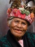 JANUAR: Unbekannter alter ifugao Mann im Nationalkostüm nahe bei Reisterrassen am 24 Stockfoto