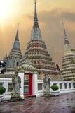 """Januari 2017, Bangkok †""""Thailand: Solnedgång i templet av Wat royaltyfria foton"""