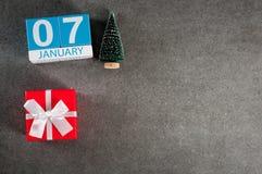 7 januari Beeld 7 dag van Januari-maand, kalender met Kerstmisgift en Kerstmisboom Nieuwe jaarachtergrond met leeg Stock Afbeelding