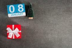 8 januari Beeld 8 dag van Januari-maand, kalender met Kerstmisgift en Kerstmisboom Nieuwe jaarachtergrond met leeg Royalty-vrije Stock Afbeeldingen