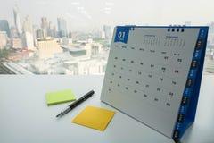 Januari-de kalender met spot poneert omhoog en pen Stock Afbeeldingen