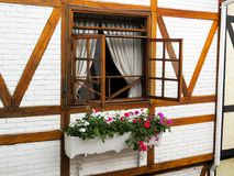 15 januari, 2015, de stad Campos van de de wintertoerist doet Jordão, São Paulo, Brazilië, opende vensters met gordijnen Royalty-vrije Stock Foto